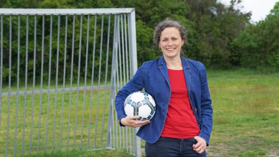 Thordies Hanisch mit Fußball im Arm.